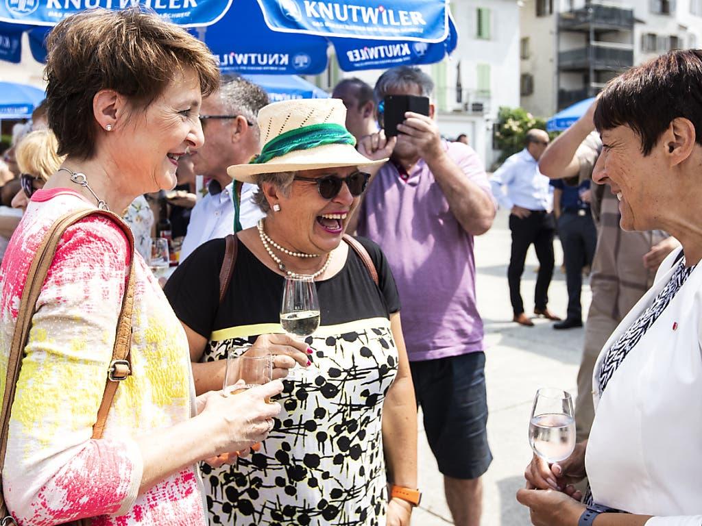 Man amüsiert sich mit Umweltministerin Simonetta Sommaruga in Schwyz. (Bild: KEYSTONE/ALEXANDRA WEY)