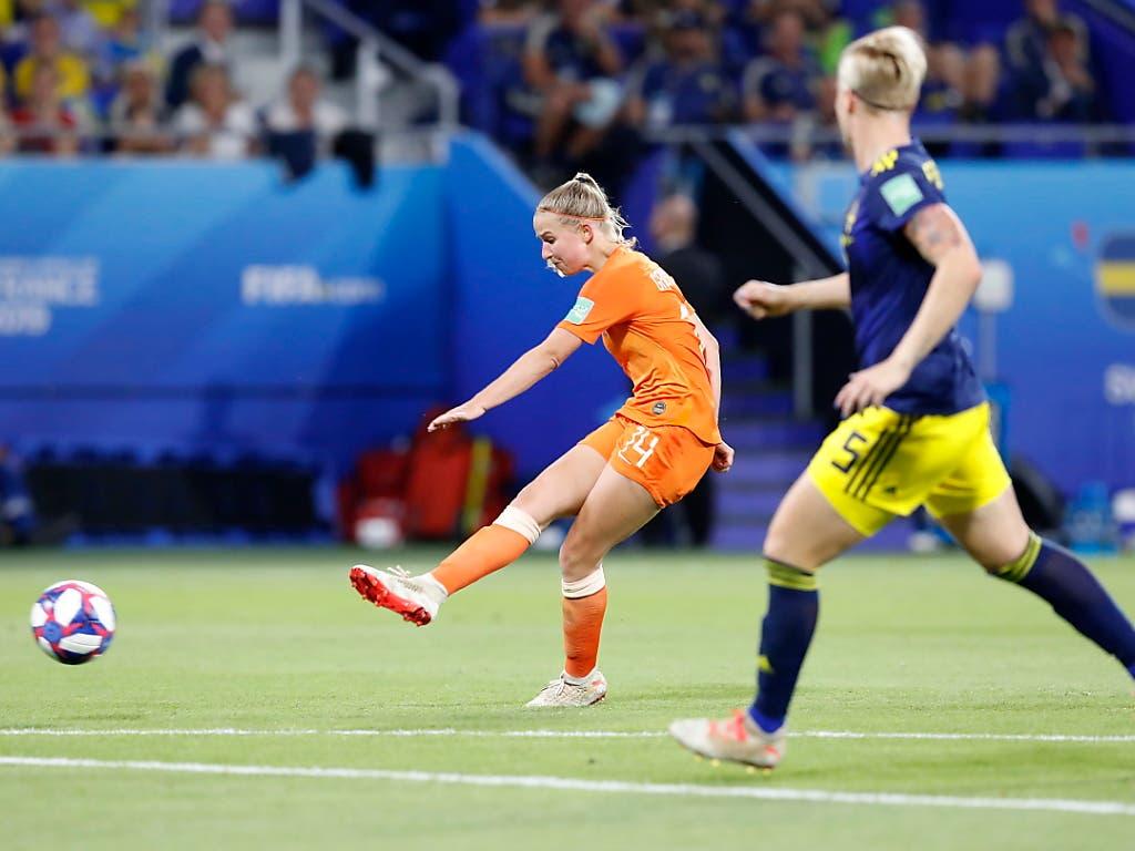 Mit einem platzierten Schuss aus knapp 20 Metern avanciert Jackie Groenen im Halbfinal gegen Schweden in der Verlängerung zur Matchwinnerin (Bild: KEYSTONE/EPA/SEBASTIAN NOGIER)