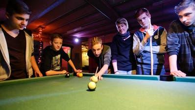 Jugendliche spielen in einem Jugendtreff Billard. (Bild: Donato Caspari)