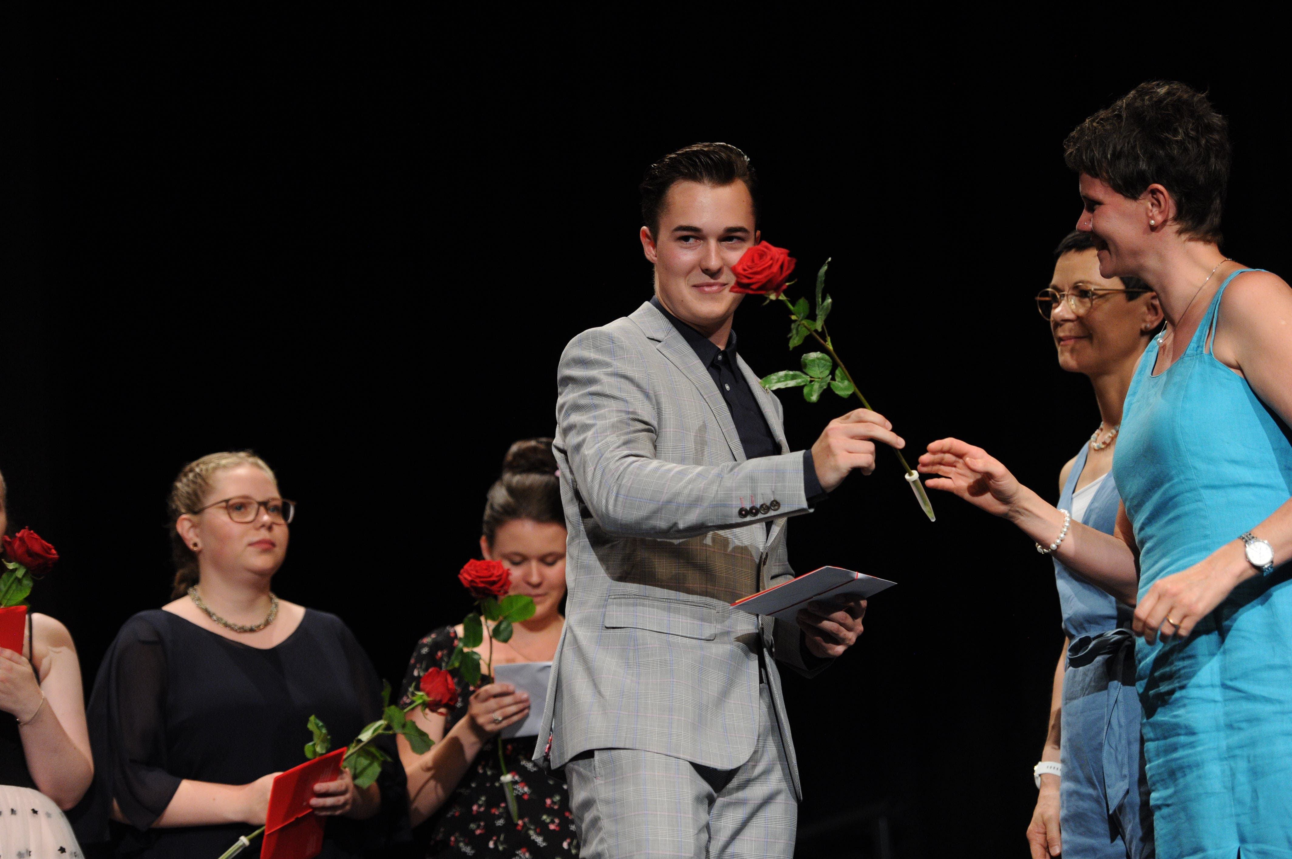 Für alle gab es nebst dem Zeugnis auch noch eine Rose. (Bild: Urs Hanhart, 4. Juli 2019)