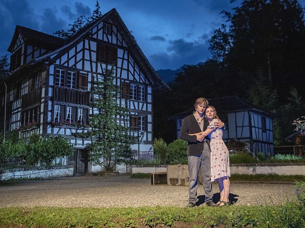 Landschaftstheater Ballenberg ganz traditionell: Sali Manz und Vreneli Marti vor einem Haus von Weinbauern aus Richterswil ZH. (Bild: KEYSTONE/URS FLUEELER)