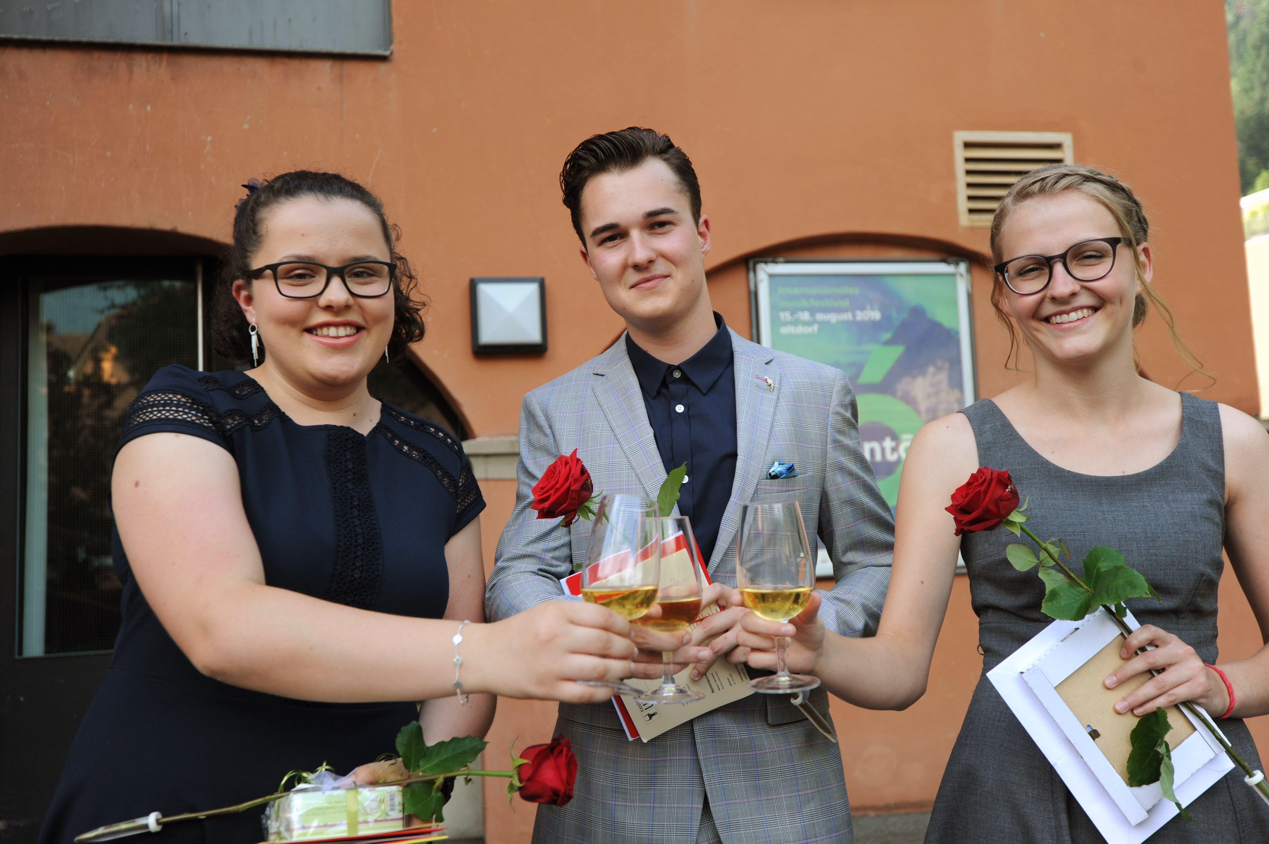 Von links: Selina Schilter, Noel Aschwanden und Nadine Tresch stossen miteinander an. (Bild: Urs Hanhart, 4. Juli 2019)