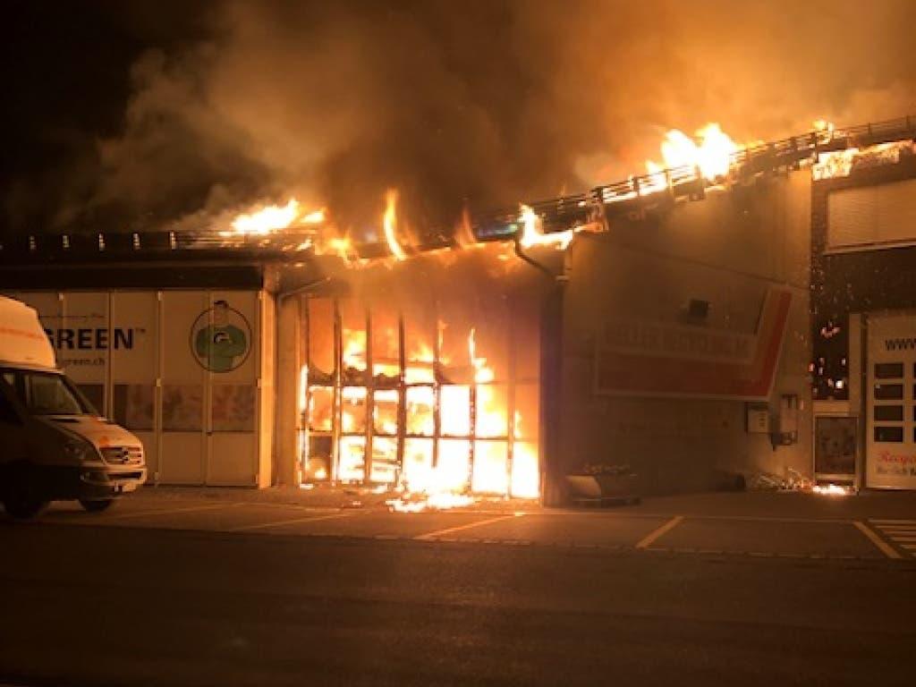 Beim Brand entstand eine grosse Hitze. Mehrere umliegende Gebäude wurden evakuiert. (Bild: Kantonspolizei Zürich)