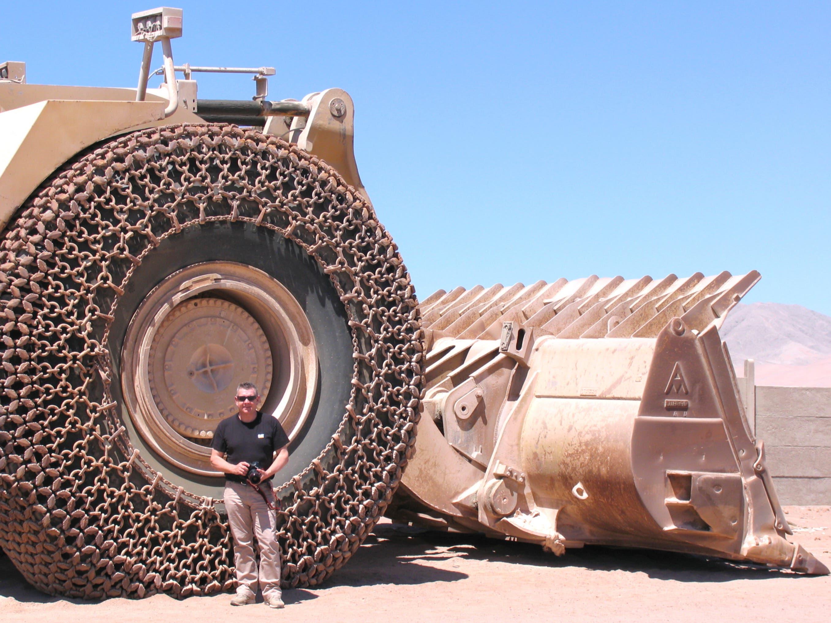 Chile 2011: Da hilft Kari Feierabend auch kein Spinat; neben dem 4 Meter hohen Rad wird jeder zur Ameise. (Bild: Kari Feierabend)