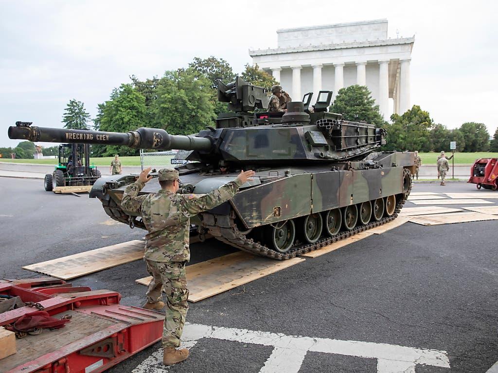 Sorgt für Kritik: Auch Panzer liess US-Präsident Donald Trump bei der Feier zum Unabhängigkeitstag am 4. Juli in Washington vorführen. (Bild: KEYSTONE/EPA/ERIK S. LESSER)