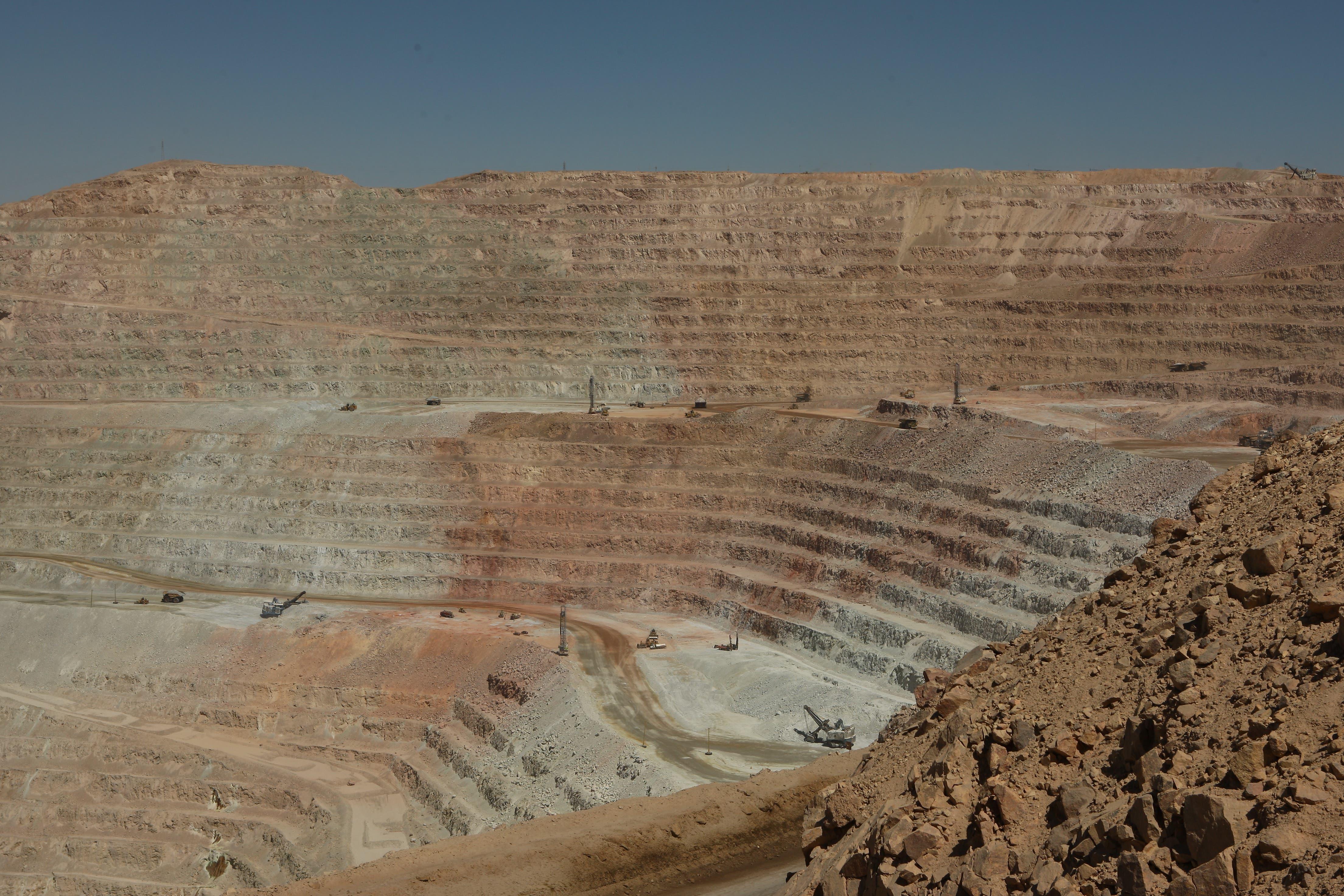 Chile 2012. Die produktivste Kupfermine der Welt, Escondida. Die südliche Abbaugrube hat ca 5 km Durchmesser und ist rund 600 m tief. Pro 24 Stunden Schicht werden hier eine Million Tonnen Gestein bewegt. (Bild: Kari Feierabend)