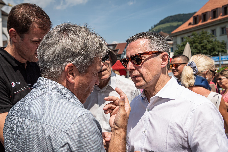 Ignazio Cassis (rechts) im Gespräch mit einem Bürger. (Bild: Christian H. Hildebrand, Stans, 5. Juli 2019)