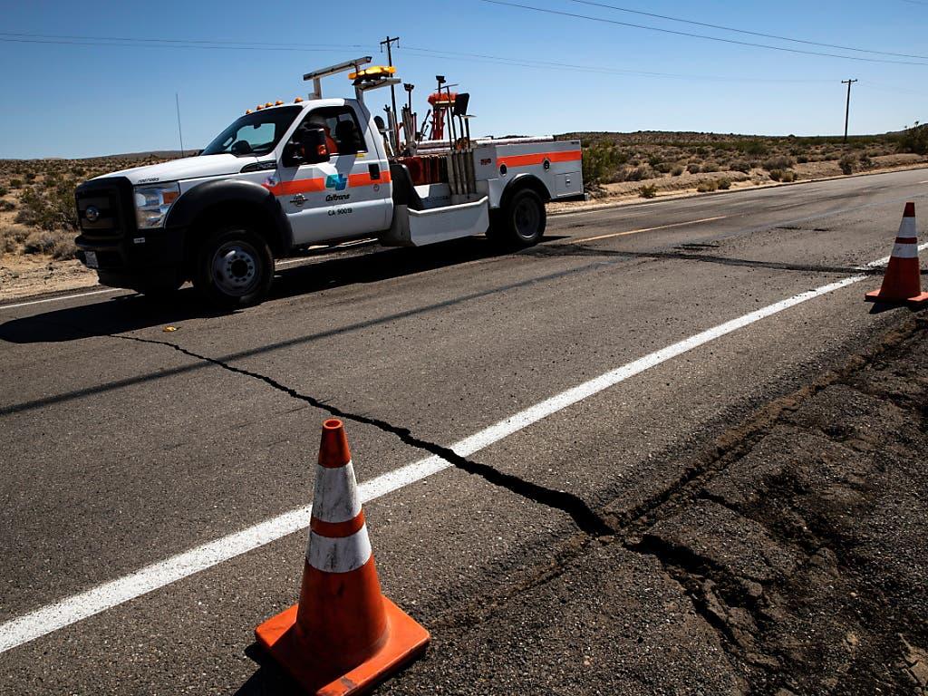 Das Beben in Südkalifornien sorgte in der Stadt Ridgecrest für Risse in Strassen. (Bild: KEYSTONE/EPA/ETIENNE LAURENT)