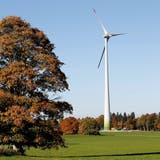 Ein Windkraftwerk im Windpark Le Peuchapatte in der Gemeinde Muriaux im Kanton Jura. (Bild: Peter Klaunzer/Keystone)