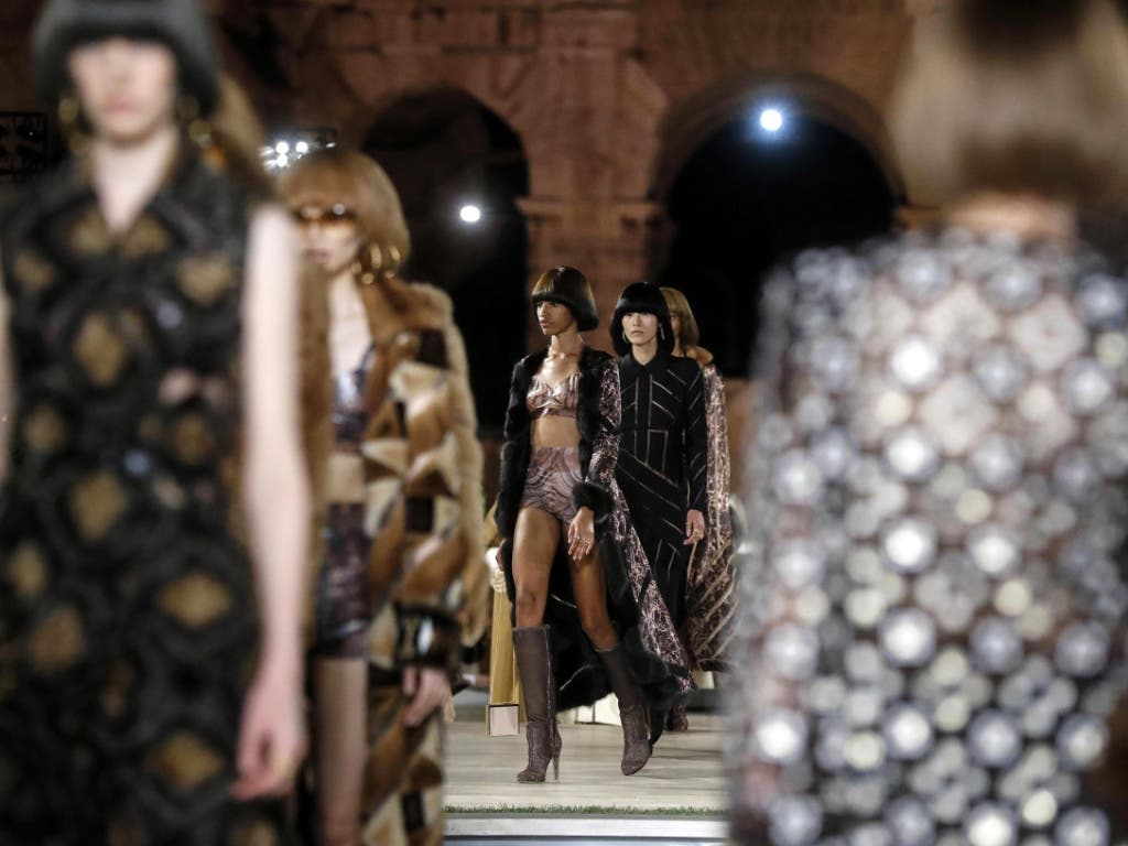 Models schreiten über den Laufsteg anlässlich der Show des römischen Modehauses Fendi zu Ehren des verstorbenen Modezaren Karl Lagerfeld. (Bild: KEYSTONE/EPA ANSA/RICCARDO ANTIMIANI)
