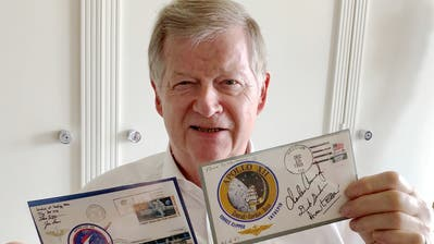 Unterschrieben und auf dem Mond abgestempelt: Peter Rapp mit seinen zwei Mondbriefen. (Bild: PD)