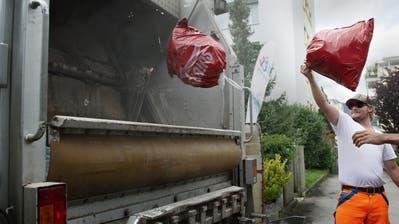Güselentsorgung, Kehrichtabfuhr fotografiert am 19. August 2014 in Stans. Im Bild Fabio Cortese von Niederberger Transport AG. Abfall, Entsorgung, Güsel