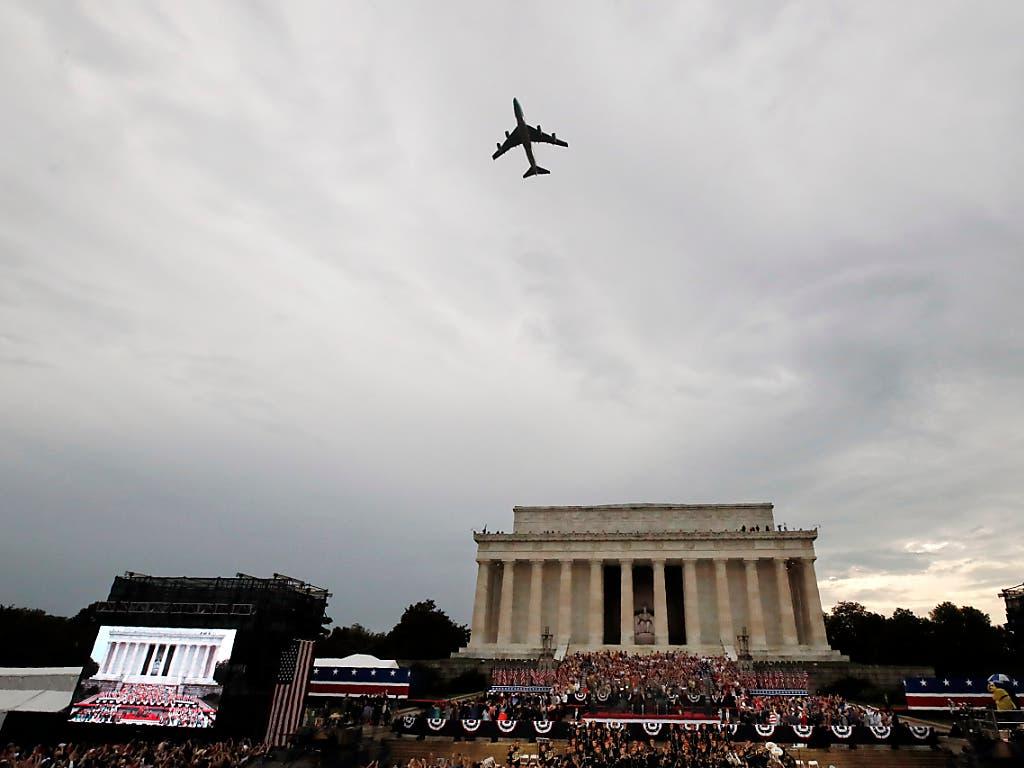 Flugshow anlässlich der Rede von US-Präsident Donald Trump zum Unabhängigkeitstag über der Lincoln-Gedenkstätte. (Bild: KEYSTONE/AP/ALEX BRANDON)