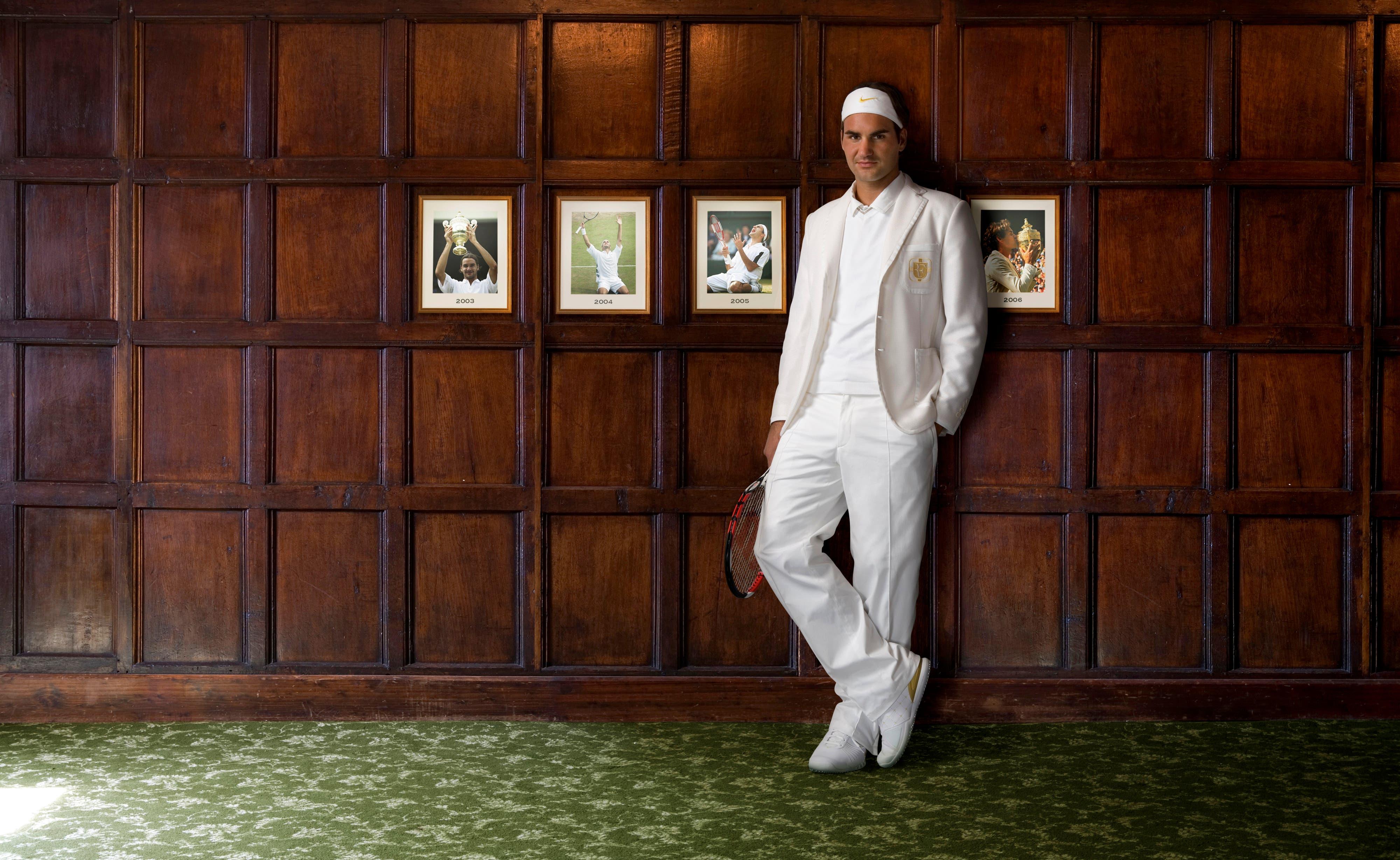 «Das Bild ist eine kleine Mogelpackung. Es entstand 2007 in der Woche vor Wimbledon, nicht in der Kabine, sondern vor dem Garagentor des Hauses, das Roger gemietet hatte. Den Hintergrund ersetzten wir erst später. Es war das erste Mal, dass Roger diese weisse Jacke trug und die Bilder als Werbung für Nike gedacht.» (Bild: Clive Brunskill/Getty Images)