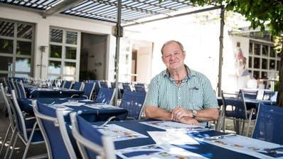 Urs Emmenegger im Garten des Glasi-Restaurants Adler. (Bild: Manuela Jans-Koch, Hergiswil, 26. Juni 2019)