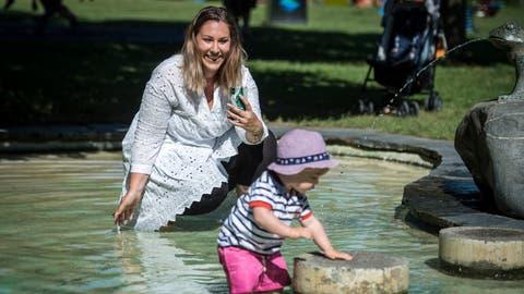 Celina Morelfilmt ihren Sohn auf dem Spielplatz im Seeburgpark. (Bild: Reto Martin)