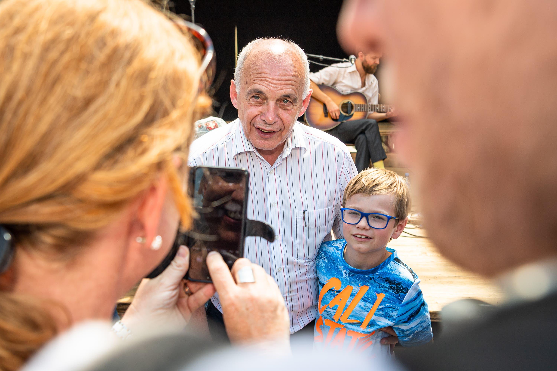 Bundespräsident Ueli Maurer posiert mit einem kleinen Fan. (Bild: Christian H. Hildebrand, Stans, 5. Juli 2019)