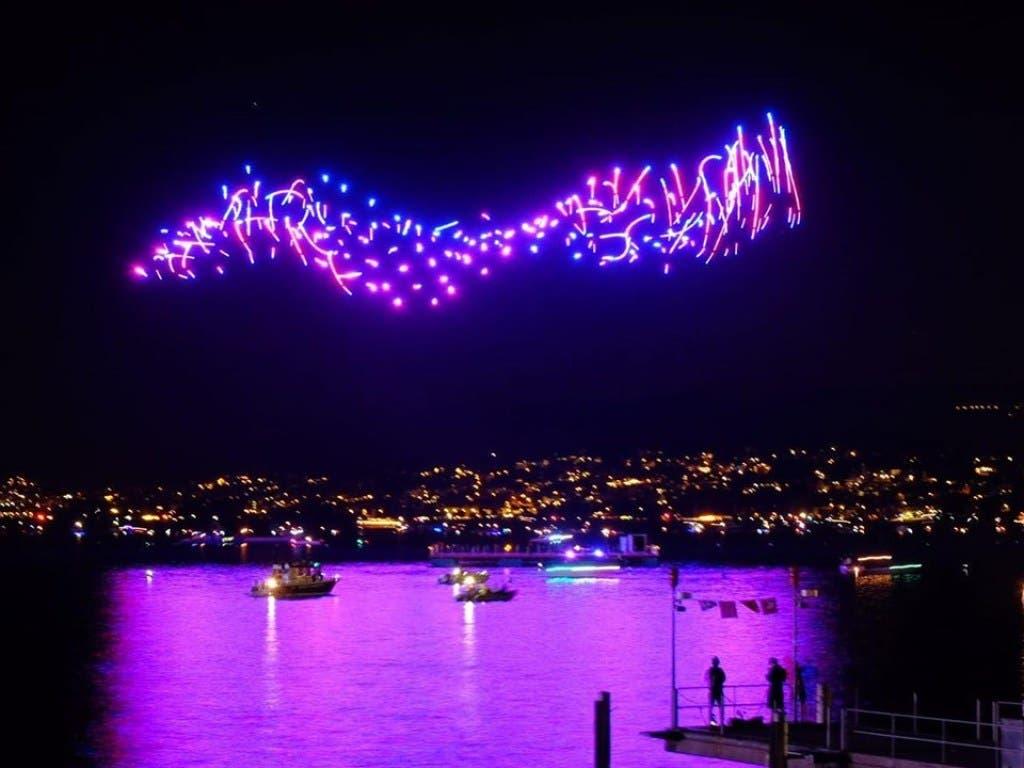 An der Premiere der Drohnenshow schwirrten etwa 150 fliegende Objekte von einer Plattform im Zürichsee aus, um 3-D-Bilder im nächtlichen Himmel zu kreieren. (Bild: Züri Fäscht)