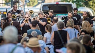 Die Berner Blaskapelle Traktorkestar spielt auf der gesperrten Rathausstrasse bei der Buchhandlung Klappentext vor viel Publikum. (Bild: Reto Martin)