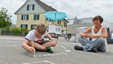 Im Erzenholz: Künstlerin Anna Graber mit Mike Wolfensberger, der seine Wünsche aufschreibt. (Bilder: Donato Caspari)