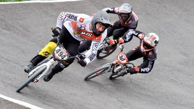 Die BMX-Fahrer rasen durch eine der Steilkurven. (Bild: Donato Caspari)