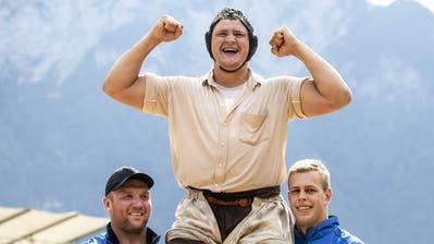 Nick Alpiger gewinnt das 113. Innerschweizer Schwing- und Älplerfestin Flüelen. (KEYSTONE/Alexandra Wey)