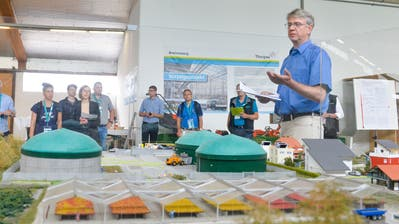 Rainer Jahnke,  Abteilung Energie des Kantons Thurgau, erläutert das Modell eines Bioenergiedorfes. (Bild: Donato Caspari)