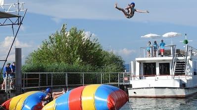 Ein Teilnehmer des crazy jumping contests wird in luftige Höhen befördert. (Bild: PD)