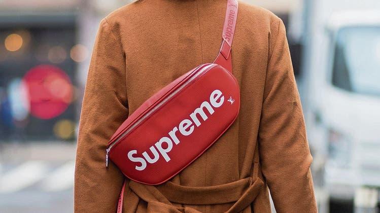 Eine Bauchtasche mit dem originalen Supreme-Logo.Bild: Christian Vierig/Getty (New York, 6. September 2017)