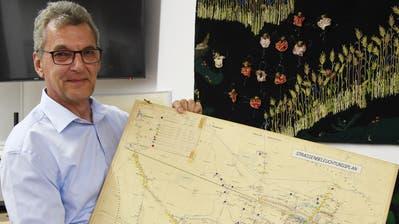 REA-Geschäftsleitungsmitglied Andreas Aebischer zeigt im Ortsmuseum einen Strassenbeleuchtungsplan aus den 1970er-Jahren. (Bild: Yvonne Aldrovandi-Schläpfer)