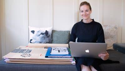 Auch wenn Doris Büchelfür gewisse Arbeiten den Laptop nimmt, bleibt sie dem Papier treu. (Bild: Urs Bucher)