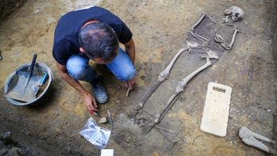 Gräber der zweiten Bestattungslage lagen teilweise sehr dicht nebeneinander. (Bild: Raphael Rohner)