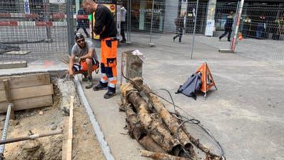"""Arbeiter begutachten die Baugruppe beim """"Scala"""" und besprechen, wie die Arbeiten im Untergrund fortgesetzt werden. (Bild: Daniel Wirth)"""