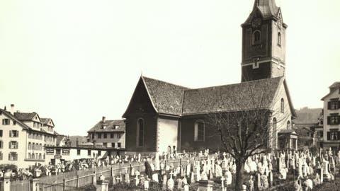 Kirche und Friedhof zu St.Mangen auf einer Aufnahme des bekannten St.GallerFotohauses Zumbühl. Die Aufnahme dürfte aus den 1880er- oder 1890er-Jahren datieren. (Bild: Sammlung Reto Voneschen)
