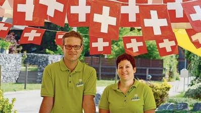 Auch EVRB-Präsidentin Patrizia Baumgartner und Vorstandsmitglied Michael Wehrli stehen unter dem «Schweizer Himmel» an der Bundesfeier helfend bereit. (Bild: Hansruedi Rohrer)