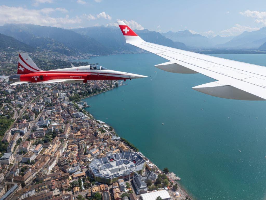 Überflug: Die dem Winzerfest gewidmete Swiss-Maschine und ein Jet der Patruoille Suisse über dem Festgelände in Vevey. (Bild: Keystone/MARKUS GULER)