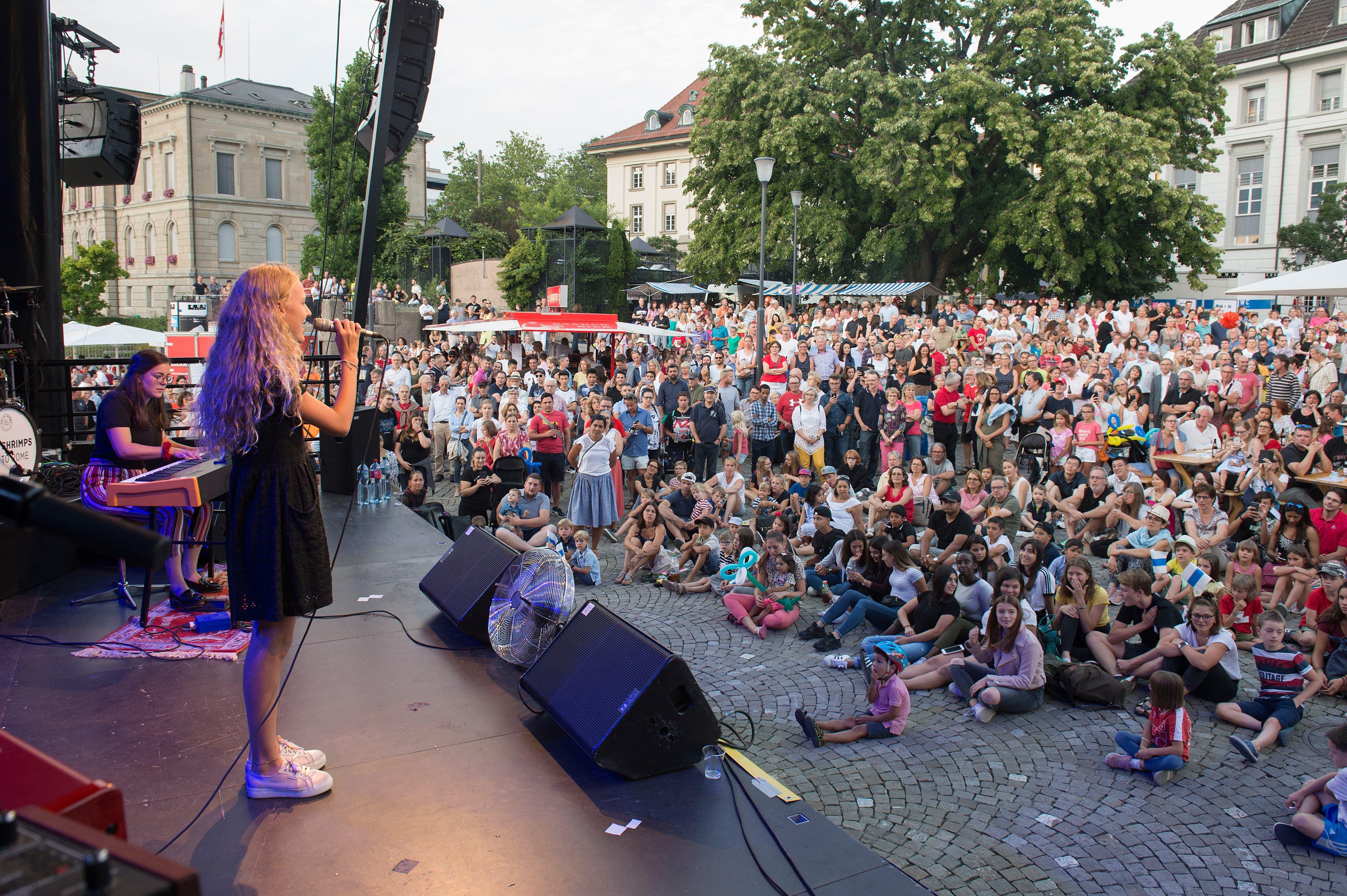 Auf dem Landsgemeindeplatz in der Stadt Zug sang die junge Musicaldarstellerin Lou Vogel  die Nationalhymne. (Bild: Maria Schmid, Zug, 1. August 2019)