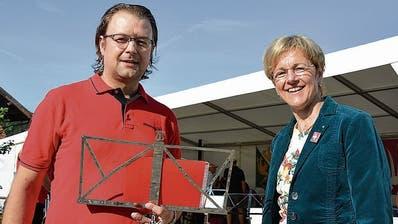 Der Musikant mit der Rednerin: Gemeindepräsident Ulrich Marti und Nationalrätin Verena Herzog. (Bild: Mathias Frei)