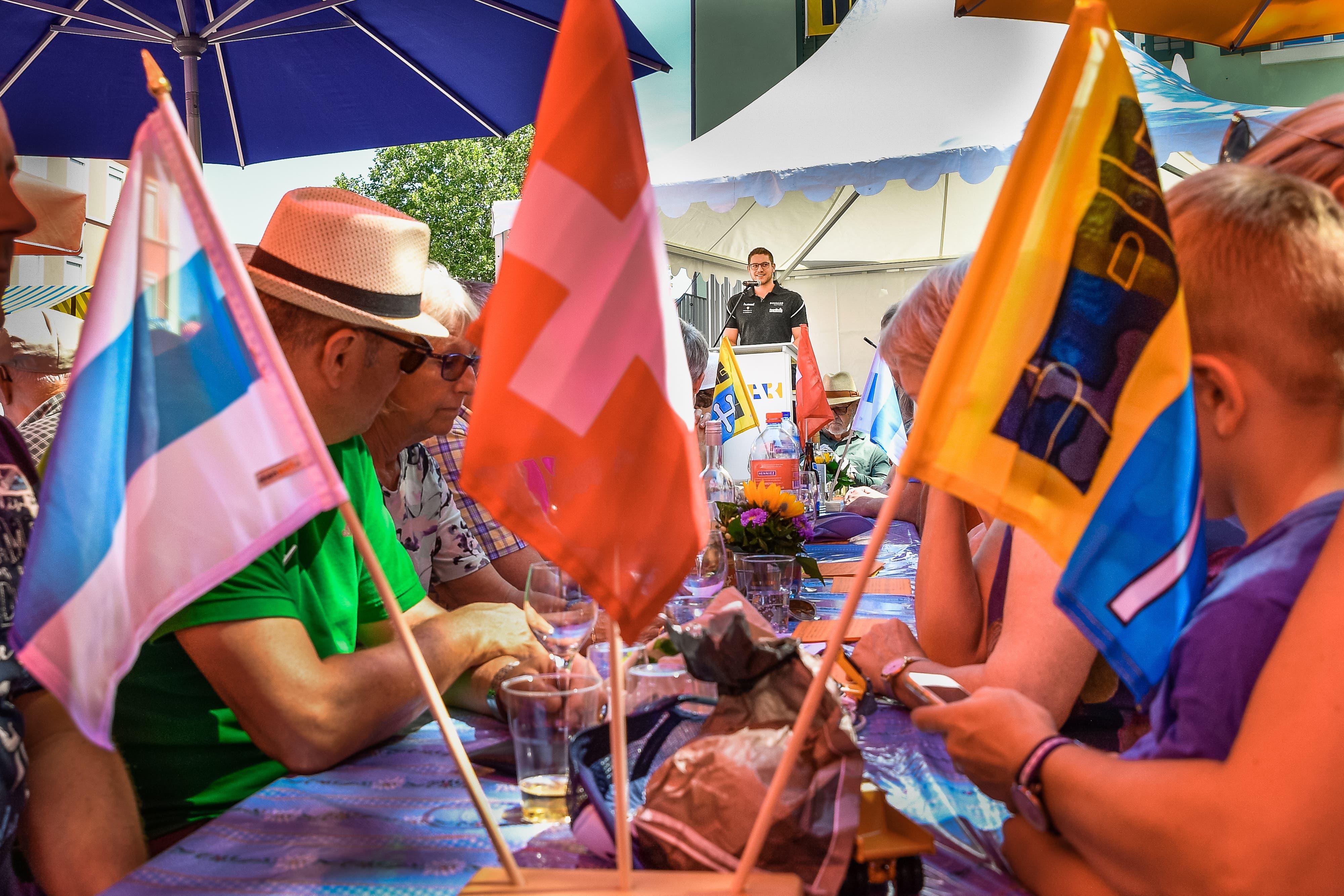 Die Bundesfeier in Baar auf dem Platz hinter dem Rathaus. Der Schwinger Marcel Bieri aus Edlibach hielt die Rede. (Bild: Christian H. Hildebrand, Baar, 1. August 2019)