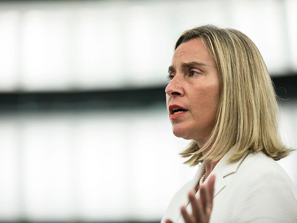 Die EU-Aussenbeauftragten Federica Mogherini erklärte, die EU werde weiter mit dem iranischen Aussenminister Sarif zusammenarbeiten. Es gelte, die diplomatischen Kanäle offenzuhalten. (Bild: KEYSTONE/AP/JEAN-FRANCOIS BADIAS)