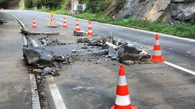 Strasse zwischen Brunnen SZ und Gersau nach Steinschlag gesperrt