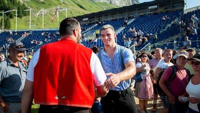 Der bereits geduschte Daniel Bösch und der noch verschwitzte Samuel Giger gratulieren einander zum Sieg. (Bild: Urs Bucher)