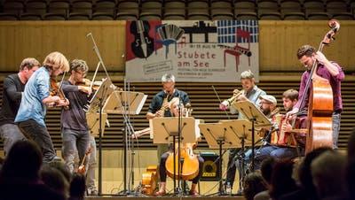 Der Luzerner Geiger Andreas Gabriel führt mit seinem Ensemble den «Verändler» auf. Bild: PD