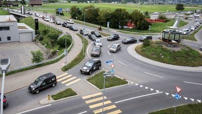Der Stau bewog viele Lenker, die Autobahn A2 zu verlassen – wie hier beim Anschluss Stans Süd. (Bild: Manuela Jans-Koch, 11. August 2019)