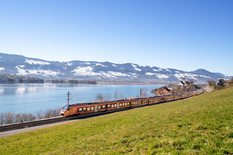 Touristen und Freizeitreisende geniessen im neuen Voralpen-Express eine fantastische Aussicht aus den Panoramafenstern, können Skier und Velos verstauen und Sitzplätze reservieren. (Bild: Schweizerische Südostbahn AG)