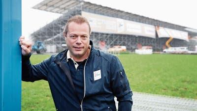 Patrick Sommer ist fürdas Sponsoring am Esaf in Zug verantwortlich. Nun hängen in der Arena die Sponsorenblachen. (Bild: Stefan Kaiser, Zug, 12. August 2019)