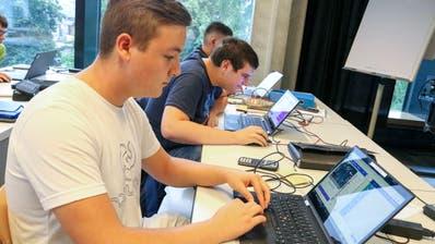 Lernende der Elektronikklasse bringen sich selbstständig Kenntnisse der Programmierung bei. (Bild: Christof Lampart)