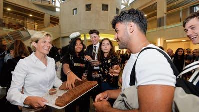 Kuchen für alle: Die neue Rektorin Chantal Roth bringt die Backwaren an die Schülerinnen und Schüler. (Bild: Donato Caspari)