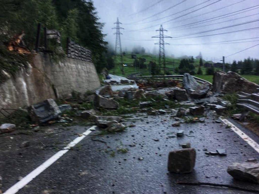 Die durch einen Steinschlag unterbrochene Kantonsstrasse im Mattertal VS konnte am Dienstag kurz vor Mittag wieder geöffnet werden. (Bild: Vincent Pellissier via @pellissier / best quality available)