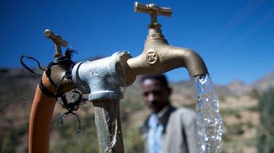 Auch Schweizer Entwicklungsorganisationen engagieren sich mit Projekten für die Verbesserung der Wasserversorgung in der Dritten Welt. (Bild: PD/Caritas Schweiz)